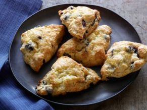 FO1D54_blueberry-scones-with-lemon-glaze_s4x3.jpg.rend.sni12col.landscape