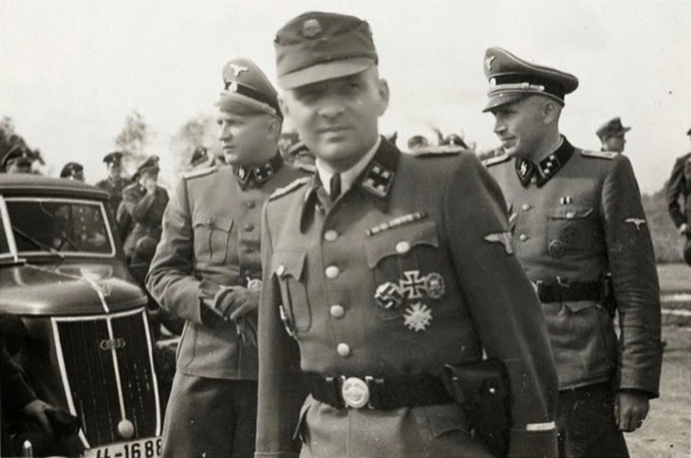 Karl Hoecker (right) with Richard Baer and Rudolf Hoess